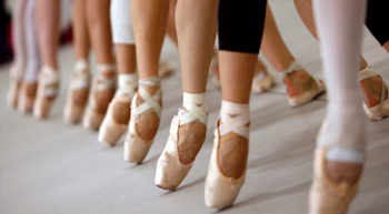 Las puntas son zapatillas especiales, que las bailarinas adquieren cuando poseen la fuerza requerida en los músculos del pie y la pantorrilla. El uso de las puntas de ballet en las estudiantes está programado desde el segundo año de ballet, esto con una evaluación previa por la profesora de Punta (Suzanne Rojas). Los ejercicios en esta etapa son muy básicos, limitándose a elevarse en las puntas sobre los dos pies y siempre con la ayuda de la barra. Después ya empiezan a hacer pasos más complejos como piruetas y saltos sobre las puntas. Este curso no es recomendado para niñas de menos de 10 años.