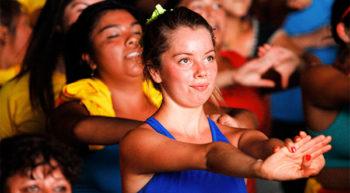 Este curso, tal como lo dice su nombre es bailar en forma entretenida distintos ritmos de música, tales como salsa, zamba, cumbia, música de los 70, etc. Todo en creaciones de secuencias coreográficas cortas y simples. Además, en los últimos 15 minutos se hace acondicionamiento físico y elongación para finalizar. Esta creado para todas las personas y edades. El baile entretenido tonifica la musculatura y ejercita nuestro cuerpo.