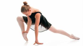 El ballet clásico es un género dramático cuya acción es representada por medio de pantomimas y danzas. Es el nombre específico dado a una forma concreta de danza y su técnica. Según las épocas, los países o las corrientes el espectáculo coreográfico puede incluir: danza, mímica, texto y música. También se utiliza el término ballet para designar la pieza musical compuesta, a propósito, para que sea interpretada por medio de la danza. El bailarín debe conocer y manejar a la perfección su propio cuerpo, desarrollar el tono muscular adecuado, fuerza y resistencia, además de una postura adecuada para mantener en condiciones su estructura ósea.