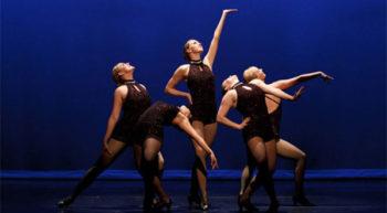 La clase apunta al trabajo técnico del baile de jazz; Coordinación, elongación, ritmo, acentuación de Movimientos conforme a la energía aplicada. Todo esto unido al desarrollo grupal y expresivo del cuerpo en la base a la musicalidad propia del estilo. El objetivo del curso es mejorar La postura, enseñar y mejorar la técnica aplicada en creaciones coreográficas de diferentes estilos musicales. Las caracteristicas del Jazz dance son: En este estilo la movilidad del torso es muy importante. Es característica la posición de los pies en paralelo, a diferencia de los pies en primera posición (girados) del ballet. En esta danza la mayoría de sus pasos son en el piso, como quien dice es una danza terrenal, en el cual tienes que sentir la música y expresar tus sentimientos. La flexibilidad es un elemento muy significativo.