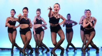 """El baile sobre tacones también llamado """"Heels"""" es una técnica que consta de  coreografías que incorporan varios estilos, saltos, splits, y todo en tacones. Empezamos la clase con un calentamiento utilizando la técnica clásica, pasando por trabajo de abdomen, sentadillas y el trabajo físico que se requiere para realizar una coreografía utilizando tacones. Esta clase promete llevar tus sentidos al máximo"""