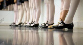 Tap (o zapateo americano o claqué): es una mezcla entre danza y percusión donde el bailarín choca sus pies contra el suelo y hace música con los pies. Es muy entretenido, exigente en ejercicio y rítmico (incluso adictivo). Combina el ritmo, la coreografía y la coordinación en composiciones musicales. Trabaja mucho la musicalidad, la coordinación, el balance, el oído musical y la disciplina. Ideal para quienes están buscando un desafío de largo plazo y hacer ejercicio.  Frecuentemente utiliza estrategias musicales como la síncopa, donde la regularidad del ritmo se rompe a través de los acentos en las notas musicales. Si bien la coreografía sigue reglas como la cuenta en ocho y los pasos tienen nombres definidos y técnicas para ejecutarse, el tap permite mucha libertad al bailar, siendo bien común la improvisación. El tap se baila con cualquier tipo de música e incluso puede practicarse en la ausencia de ella. A partir de los pasos básicos del tap, el zapateo americano ha sido combinado intensamente con otras técnicas de danza como el jazz, bailes de salón, el ballet, el hip-hop, con otras técnicas musicales de percusión y musicalidad, y ha protagonizado decenas de musicales y películas. Ha crecido con el tiempo y ha derivado en un sinfín de estilos y tendencias como el rythm tap, el brodway tap, el stepping, el urban tap, el clogging, etc.
